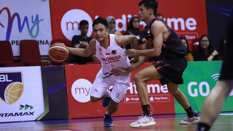 Pemain NSH Jakarta berusaha merebut bola dari pemain Indonesia Warriors Copyright: IBL