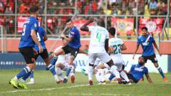 Indosport - Situasi pertandingan Kalteng Putra vs PSM Makassar