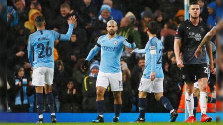 Selebrasi striker Manchester City Sergio Aguero usai membobol Burnley di Piala FA, Sabtu (26/01/19). - INDOSPORT