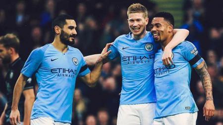 Para pemain Manchester City Ilkay Gundogan (kiri), Kevin De Bruyne (tengah), dan Gabriel Jesus (kanan) merayakan gol atas Burnley di Piala FA, Sabtu (26/01/19). - INDOSPORT