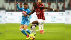 Indosport - Lorenzo Insigne coba mengambil bola dari Tiemoue Bakayoko dalam pertandingan AC Milan vs Napoli, Minggu (27/01/19).