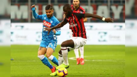 Lorenzo Insigne coba mengambil bola dari Tiemoue Bakayoko dalam pertandingan AC Milan vs Napoli, Minggu (27/01/19). - INDOSPORT
