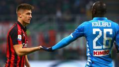 Indosport - Krzysztof Piatek dan Kalidou Koulibaly berjabat tangan di pertandingan AC Milan vs Napoli, Minggu (27/01/19).