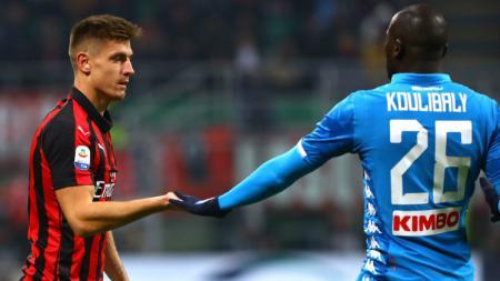 Krzysztof Piatek dan Kalidou Koulibaly berjabat tangan di pertandingan AC Milan vs Napoli, Minggu (27/01/19). - INDOSPORT