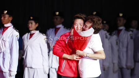 Butet mendapat pelukan dan ciuman dari ibunda tercinta.