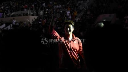Butet berkeliling dan menyapa para suporter yang hadir di Istora Senayan. - INDOSPORT
