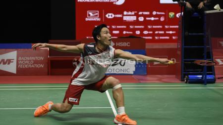Pebulutangkis Jepang, Kento Momota berhasil mengalahkan Anthony Ginting dan menjadi juara Singapore Open 2019. - INDOSPORT