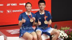 Indosport - Semifinal Fuzhou China Open 2019 di sektor ganda campuran, Zheng Siwei/Huang Yaqiong melawan Goh Soon Huat/Shevon Jemie Lai, sempat diwarnai insiden berdarah.