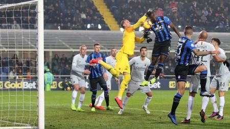 Perebutan bola di dalam kotak penalti pada laga Atalanta vs AS Roma di Serie A Italia, Minggu (27/01/19). - INDOSPORT