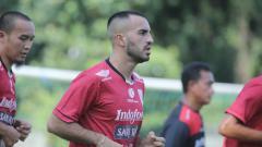 Indosport - Gelandang Bali United asal Irak Brwa Hekmat Nouri saat berlatih, Minggu (27/01/19).