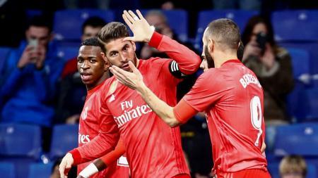 Bek Sergio Ramos (tengah) tos dengan striker Karim Benzema (kanan) saat laga Espanyol vs Real Madrid di La Liga Spanyol, Senin (28/01/19). - INDOSPORT