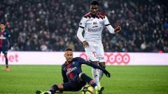Indosport - Marcus Thuram (kanan) saat berduel dengan Neymar