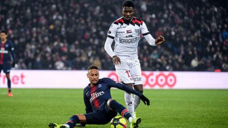 Marcus Thuram (kanan) saat berduel dengan Neymar - INDOSPORT