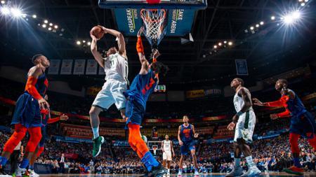Brook Lopez Milwaukee Bucks memasukan bola ke net Oklahoma City - INDOSPORT