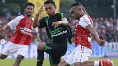 Indosport - Titus Bonai tengah mengeksekusi bola ke arah gawang Persidago