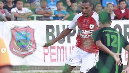 Pemain Persipura Jayapura mengontrol bola dari pemain Persidago - INDOSPORT