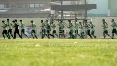 Indosport - Pemain Persebaya melakukan pemanasan sebelum latihan di mulai di Lapangan Jenggolo, Sidoarjo.