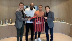 Indosport - Leroy Abanda saat memamerkan jersey AC Milan.