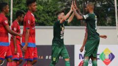 Indosport - Robertino Pugliara dan David da Silva merayakan gol saat pertandingan 128 besar melawan PSBI Blitar. Jumat (09/02/18).