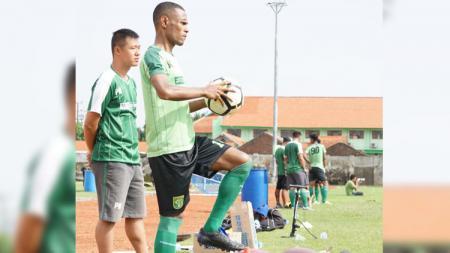 Ruben Sanadi berlatih sendiri di dampingi dokter tim Persebaya, di Lapangan Jenggolo, Sidoarjo. Senin (28/1/19). - INDOSPORT