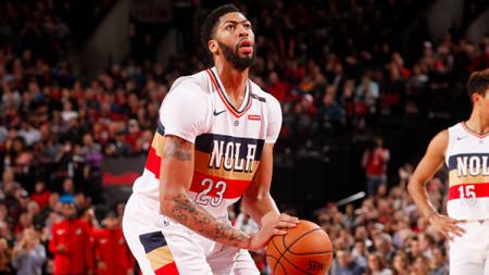 Anthony Davis New Orleans Pelicans bersiap akan shot bola - INDOSPORT