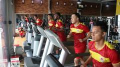 Indosport - Pemain asing asala Asia Kalteng Putra Yoo Hyun-goo tengah melakukan latihan.