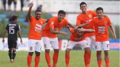 Indosport - Perayaan para pemain Borneo FC usai membobol gawang PS Mojokerto Putra di Piala Indonesia 2018/2019, Selasa (29/01/19)