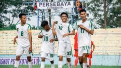 Indosport - Momen para pemain Persebaya Surabaya merayakan gol di Piala Soeratin 2019.
