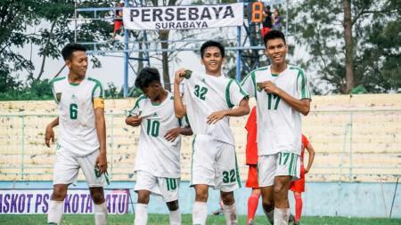 Momen para pemain Persebaya Surabaya merayakan gol di Piala Soeratin 2019. - INDOSPORT