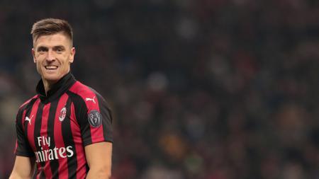 Manchester United tengah menyaingi Barcelona dalam memperebutkan pemain AC Milan, Krzysztof Piatek, untuk mereka datangkan pada bursa transfer januari 2020. - INDOSPORT