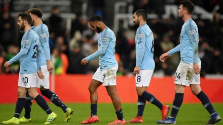 Para pemain Manchester City tertunduk lesu usai dikalahkan oleh Newcastle United, Rabu (30/01/19) dini hari tadi. - INDOSPORT