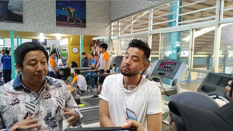 Kunihiro Yamashita (kanan) saat menghadiri latihan Persib di Sosi Universe Fitness, Jalan Menado, Kota Bandung, Rabu (30/01/2019). Copyright: Arif Rahman/INDOSPORT