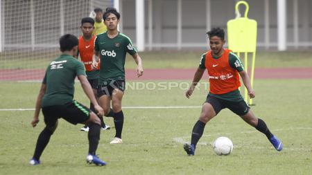 Gelandang Persib Bandung, Gian Zola (kanan) dikabarkan diminati beberapa klub Liga 1 Indonesia untuk musim 2020. - INDOSPORT