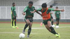 Indosport - Duel antara Firza Andika (kanan) dengan Billy Keraf dalam latihan.