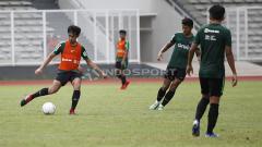 Indosport - Gelandang Timnas Indonesia U-23, Lutfi Kamal Baharsyah (kiri) dikabarkan sepakat berkostum PSS Sleman untuk Liga 1 2020.