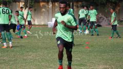 Indosport - Klub Persipura Jayapura kembali mendatangkan mantan pemainnya, Elisa Basna.
