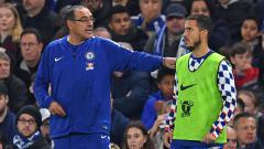 Indosport - Maurizio Sarri (kiri) dan Eden Hazard, pelatih dan pemain megabintang Chelsea.