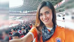 Indosport - Jak Angel Jess Amalia saat mendukung Persija Jakarta.