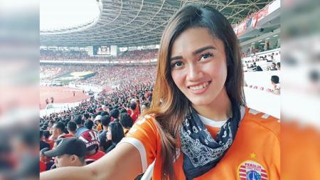 Jak Angel Jessie Amalia saat mendukung Persija Jakarta - INDOSPORT