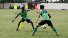 Indosport - Pemain Persebaya Surabaya, Alwi Slamat saat latihan mini games di Lapangan Polda Jatim. Rabu (30/1/19).