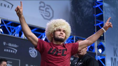 Khabib Nurmagomedov, petarung UFC direstui dan didukung membangun sekolah oleh presiden Rusia, Vladimir Putin. - INDOSPORT