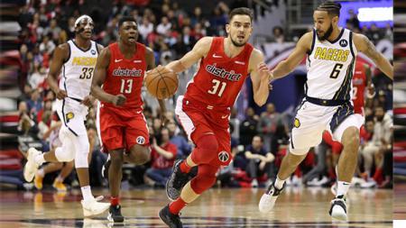 Tomas Satoransky (31) dari Washington Wizards menggiring bola di depan Cory Joseph (6) dari Indiana Pacers selama babak kedua di Capital One Arena pada 30 Januari 2019 di Washington, DC. - INDOSPORT