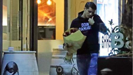 Alvaro Morata merayakan kepindahannya ke Atletico Madrid dengan membeli bunga - INDOSPORT