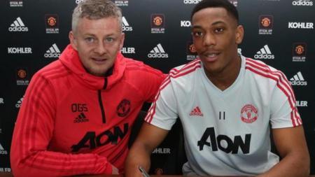 Striker Manchester United, Anthony Martial bakal menjadi korban atas kebijakan transfer Setan Merah yang mengingingkan bek West Ham United, Issa Diop - INDOSPORT