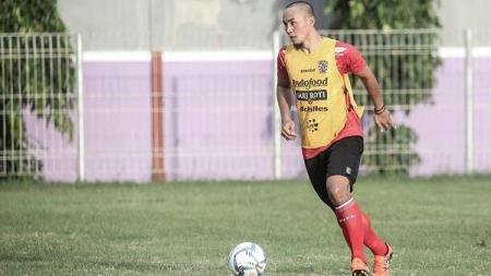 Bek Bali United, Gunawan Dwi Cahyo, tengah berduka lantaran ayahandanya baru saja meninggal dunia. - INDOSPORT