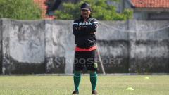 Indosport - Djadjang Nurdjaman mengamati skuatnya latihan