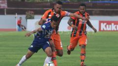 Indosport - Arthur Bonai saat masih di Perseru Serui.