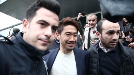 Shinji Kagawa saat tiba di Turki. - INDOSPORT