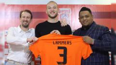 Indosport - Bek anyar Borneo FC Jan Lammers saat diperkenalkan publik, Jumat (01/02/19).
