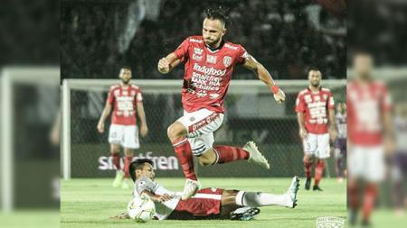 Striker Bali United Ilija Spasojevic menggocek pemain Blitar United di Piala Indonesia 2018-2019, Jumat (01-02-19). - INDOSPORT